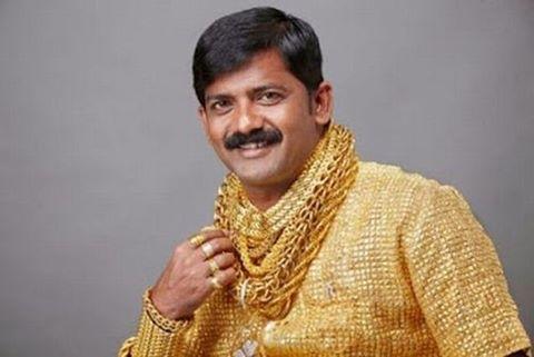Triệu phú trẻ Ấn Độ Datta Phuge đã chi tới 235.000 USD để tạo ra chiếc áo sơ mi dát vàng, toàn bộ chiếc áo được phủ lớp vàng 22k nặng 3,5kg. Ngoài ra, các khuya áo được đính loại pha lê đẹp nhất thế giới Swarovski. Anh cũng sở hữu rất nhiều đồ dùng bằng vàng và dát vàng như điện thoại dát vàng, vòng cổ, dây chuyền, nhẫn...