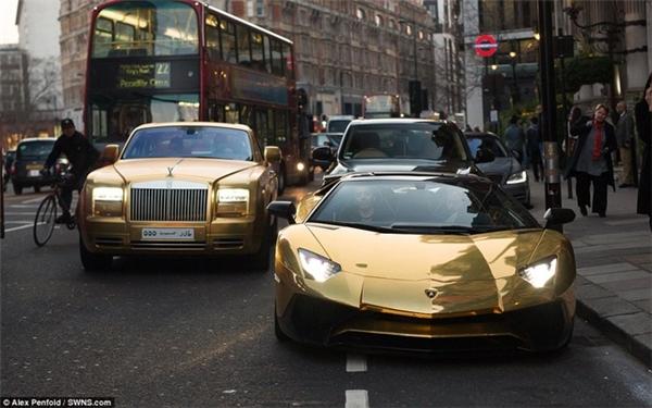 Một đại gia Ả Rập sở hữu dàn siêu xe dát vàng gồm Mercedes G63, Bentley Flying Spur, Rolls-Royce và Lamborghini Aventador SV, trị giá mỗi chiếc lên đến hàng triệu USD.