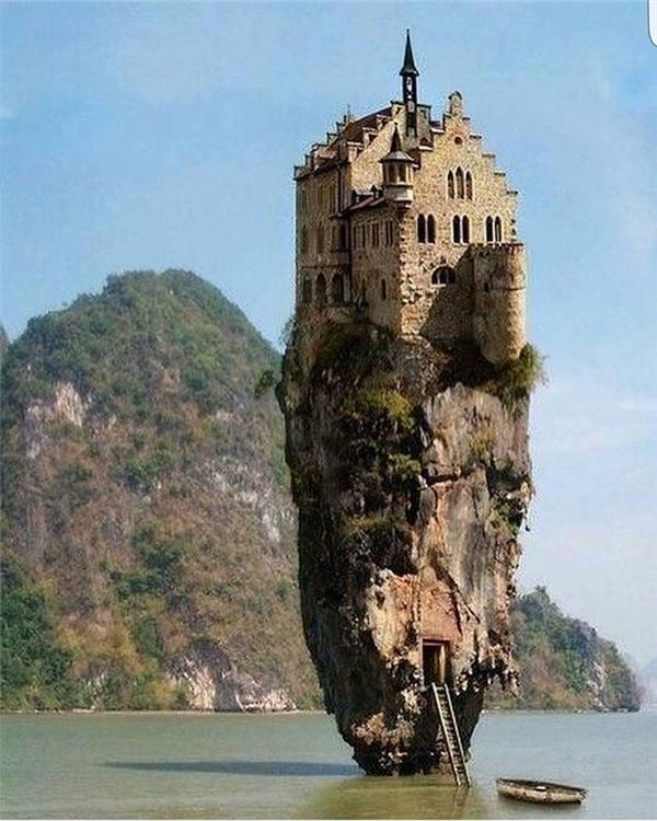Nếu bạn đang mơ mộng một ngày nào đó sẽ đến chiêm ngưỡng tòa lâu đài độc đáo có một không hai này thì hãy mau tỉnh mộng đi.