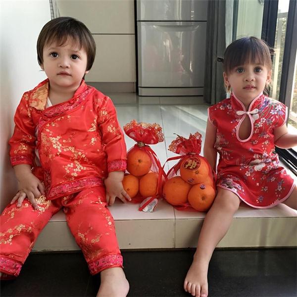 Hiện tại trang cá nhân do mẹ hai bé lập ra chuyên đăng tải hình ảnh của Jenine và Jess có hơn 200.000 người theo dõi.