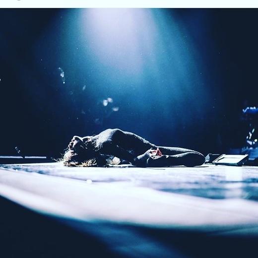 Selena buộc lòng phải dừng tour diễn để tập trung chữa trị.