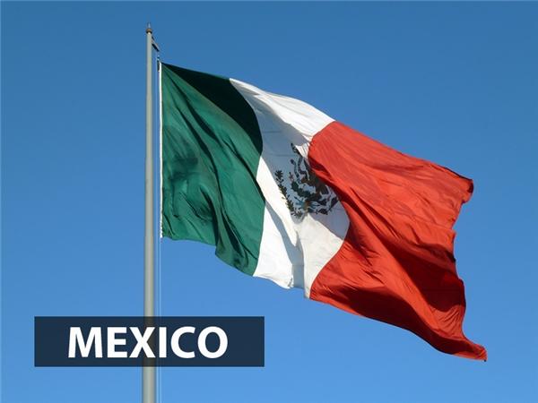 Màu đỏ quốc kỳMexico đại diện cho màu của quân đội giải phóng quốc gia và ở giữa là quốc huy Mexico, dựa trên biểu tượng kinh đô Tenochtitlan của nền văn minh Aztec.