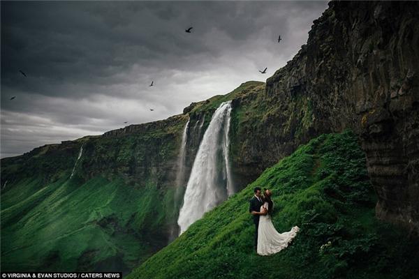 Thác nước Selijalandsfoss hùng vĩ ở Iceland đã tạo nên bối cảnh tuyệt đẹp cho cặp vợ chồng này.