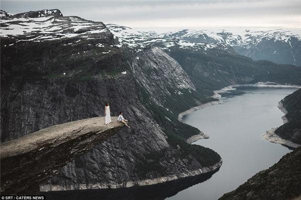 Một cặp đôi khác đã có bức ảnh cưới vô cùng ấn tượng ngay trên mỏm đá Torlltunga cheo leo ở Na Uy.