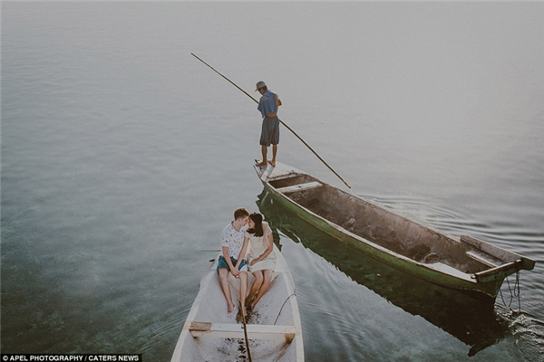 Hình ảnh bình dị nhưng lãng mạn của một cặp vợ chồng trẻ bị tại Đảo Lembongan, Đảo Bali, Indonesia.