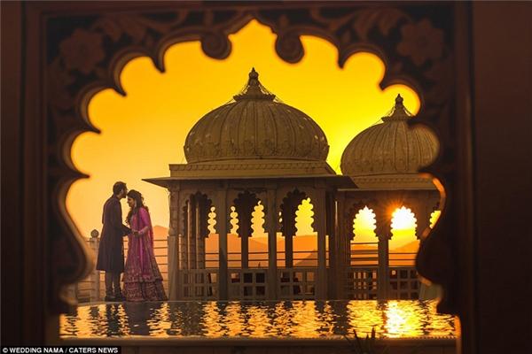 Một cặp đôi khác thể hiện tình cảm dưới hoàng hôn vô cùng lãng mạn tại Udaipur, Ấn Độ.
