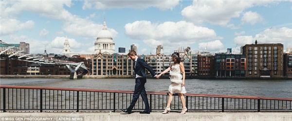 Đường chân trời mang tính biểu tượng của London làm nền cho hình ảnh đám cưới theo phong cách đương đại của cặp đôi này.