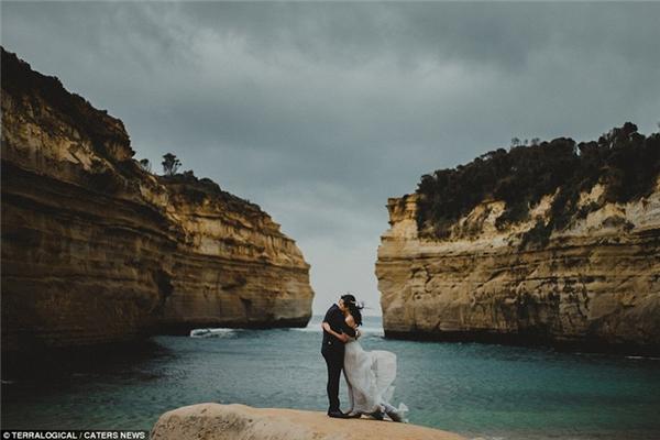 Ôm nhau đầy tình cảm trước mỏm đá Loch Ard Gorge, bang Victoria, Úc.