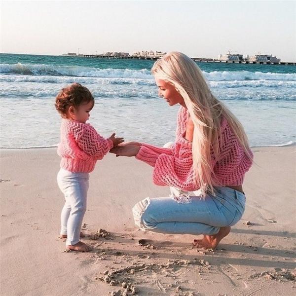 """""""Mẹ giữ giúp con số cát này nhé. Con sẽ xây cho mẹ một lâu đài thật lớn""""."""