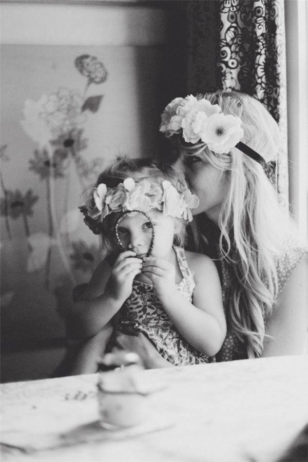 Giữa thế giới xô bồ, bon chen và đầy đố kị, con chỉ cảm thấy an toàn khi được nép vàovòng tay ấm áp của mẹ.