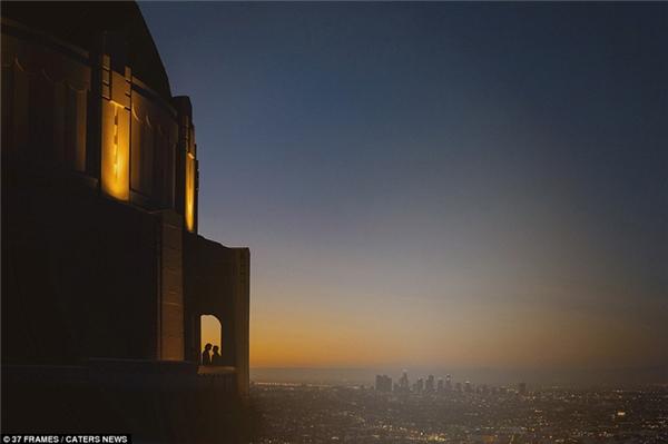 Thành phố Los Angeles tuyệt đẹp về đêm làm nền hoàn hảo cho bức ảnh cưới của cặp đôi này.