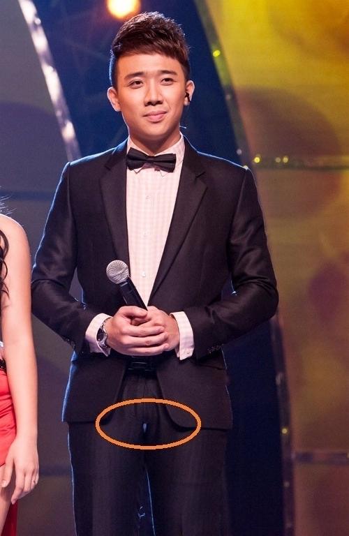 """Trong đêm liveshow thứ 8 củaThử thách cùng bước nhảydiễn ra đêm 1/12/2013, MC Trấn Thànhđã sẩy chân té ngã từ bục giám khảo xuống sân khấu. Dù không gặp phải chấn thương nào nhưng sự cố này khiến Trấn Thành phải """"đỏ mặt"""" vì chiếc quần ôm sát cơ thể đã bị rách ở phần nhạy cảm. - Tin sao Viet - Tin tuc sao Viet - Scandal sao Viet - Tin tuc cua Sao - Tin cua Sao"""