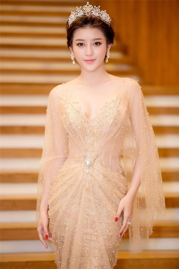Trong khi đó, Huyền My từng khiến khán giả vô cùng thất vọng khi tốt nghiệp trung học phổ thông với số điểm 33 trên tổng 6 môn (trung bình: 5,5 điểm/môn). Thành tích này so với kiến thức phổ thông chỉ được đánh giá ở mức trung bình. Huyền My cũng không chọn theo đuổi con đường đại học vì cô cho rằng đây không phải là lựa chọn duy nhất để thành công. Hiện tại, Á hậu 1 Hoa hậu Việt Nam 2014 đang theo học tại một học viện thời trang ở thủ đô Hà Nội.
