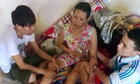 Hình ảnh hai anh em Sơn chăm sóc mẹ, khi mẹ còn sống. Ảnh: Internet