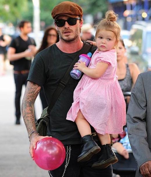 Như bao cô nàng cùng tuổi khác, Harper không quên lăng xê các kiểu váy áo màu hồng nhã nhặn.