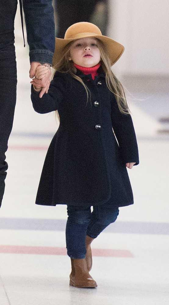Trông con gái Beckhamchẳngkhác gì thiếu nữ khi được bố mẹ cho diện quần jeans, angkle boot, áo khoác dáng dài và mũ rộng vành ấm cúng.