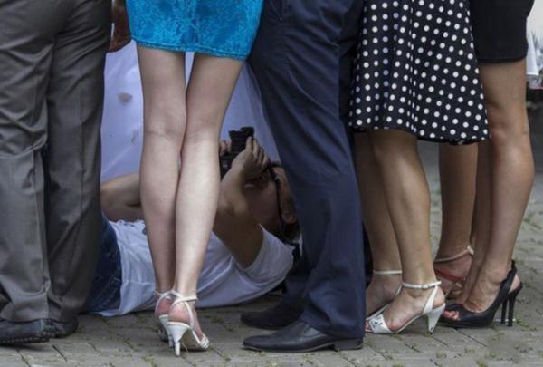 """Nếu biết có màn """"lê lết"""" chụp ảnh cưới kiểu này thì đã không mặc áo trắng rồi."""