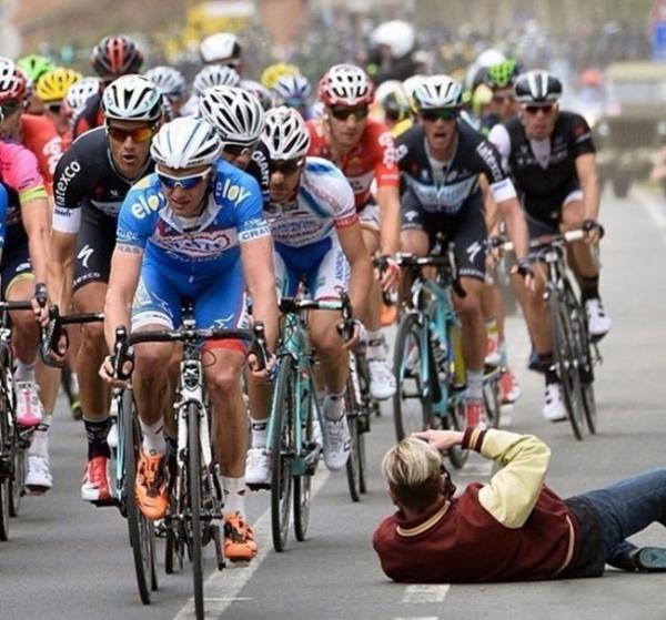 Các vận động viên đua xe đạp đã bị một phen thất kinh hồn vía khi chàng nhiếp ảnh gia nhiệt tình kia... lăn xả ra đường.