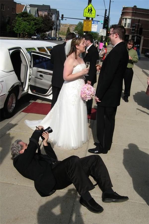 Cô dâu chú rể chỉ việc vui vẻ, thoải mái thôi, mọi góc ảnh đẹp đã có thợ lành nghề lo rồi.