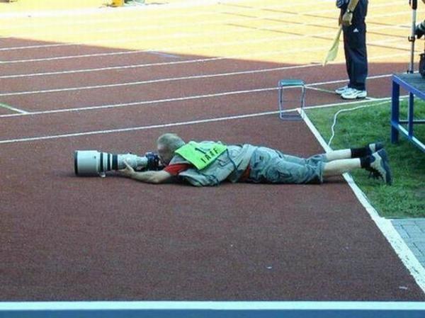 Là người ta đang tác nghiệp chuyên tâm chứ không phải vì ống kính to nặng quá nên ngã đâu nhé.