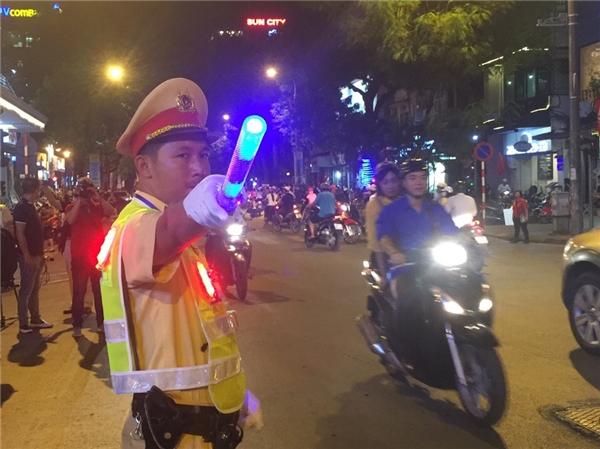 Ở vòngngoài, lựclượng CSGT tích cực hướng dẫn người dân lưu thông đúng cung đường.