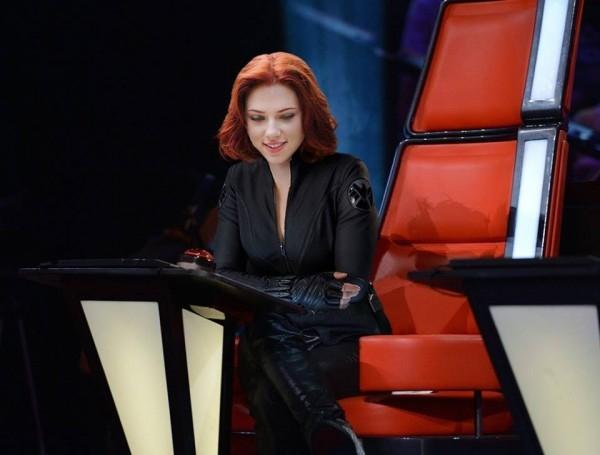 Black Widow trong trang phục cá tính nhưng nụ cười thì lại đẹp dịu dàng, đằm thắm, có khả năng là một giám khảo hiền lành, dễ tính với thí sinh.