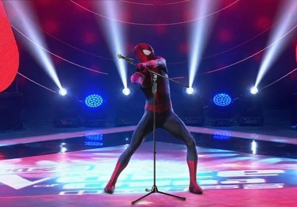 Spiderman cũng được dịp... múa may quay cuồng trên sân khấu do bị các anh chị lớn dụ đi thi.