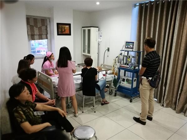Người nhà, bạn bè nghệ sĩlần lượt tới thăm ôngkhi biết tin - Tin sao Viet - Tin tuc sao Viet - Scandal sao Viet - Tin tuc cua Sao - Tin cua Sao
