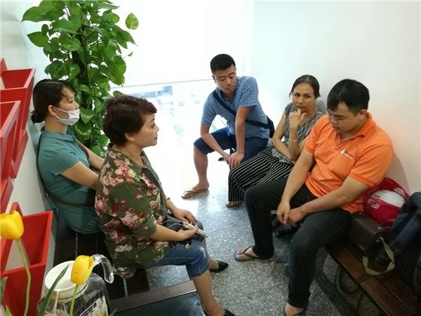 Diễn viên Trà My (áo hoa) cùng vợ và con trai cả của nghệ sĩHán Văn Tình - Tin sao Viet - Tin tuc sao Viet - Scandal sao Viet - Tin tuc cua Sao - Tin cua Sao
