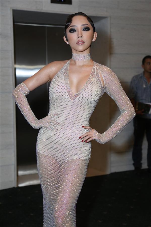 Tóc Tiên diện trang phục đầm xuyên thấu cùng phong cách trang điểm đậm và cá tính.