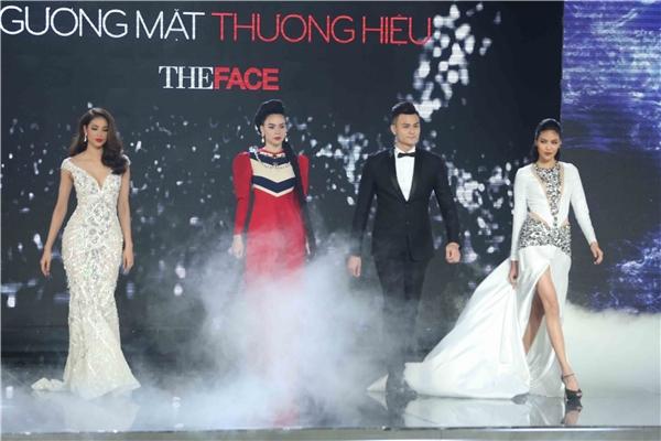 Trong phần mở màn đêm chung kết The Face Vietnam - Gương mặt thương hiệu, bahuấn luyện viên: Hồ Ngọc Hà, Lan Khuê, Phạm Hương đã có màn so tài, đọ sức ngay trên sân khấu với phần catwalk.