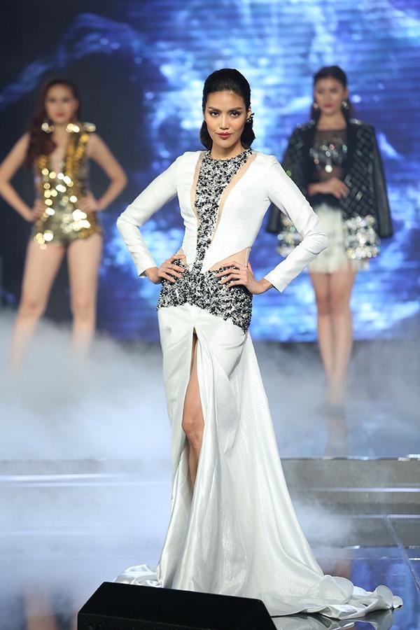 Lan Khuê mang đến hình ảnh ấn tượng với bộ váy cắt xẻ táo bạo kết hợp loạt phụ kiện ánh kim bắt mắt. Kĩ thuật trình diễn, catwalk của giải vàng Siêu mẫu Việt Nam 2013 gần như không cần bàn cãi quá nhiều.