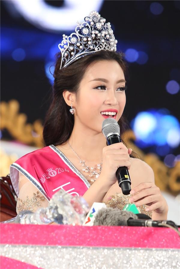 Mỹ Linh có khuôn mặt tròn đầy phúc hậu, thanh tú và rất sáng sân khấu. Từng đường nét của Hoa hậu Việt Nam 2016 giúp người xem luôn cảm thấy dễ chịu.