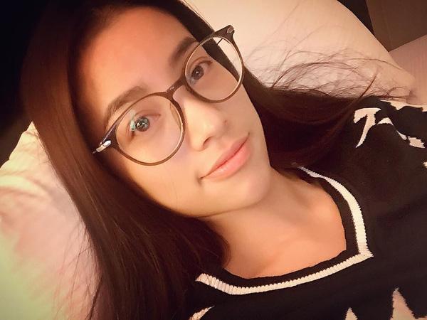 Nếu như khi trang điểm Phạm Hương trông vô cùng hoàn hảo thì khi không son phấn cũng khó tìm ra điểm trừ của người đẹp 25 tuổi.