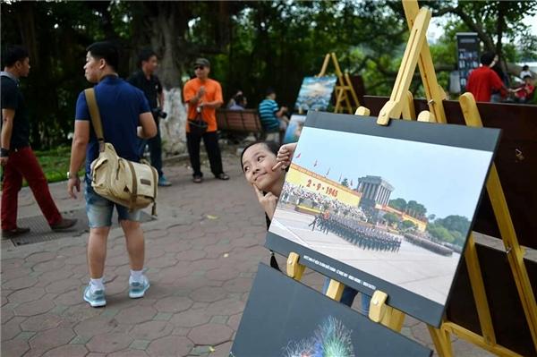 Triển lãm nằm trên vỉa hè tuyến phố đi bộ quanh hồ Hoàn Kiếm thu hút rấtđông người dân và du khách. Ảnh: Vũ Long