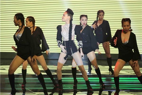 Ngoài vai trò huấn luyện viên, Hồ Ngọc Hà tham gia trình diễn trong đêm chung kết với ca khúc mới toanh Keep me in love. Đây cũng là MV nữ ca sĩ mới ra mắt có sự tham gia của 5 thành viên thuộc đội Hồ Ngọc Hà tại The Face Vietnam 2016.