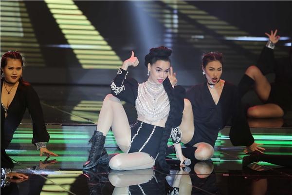 Nếu như ở vai trò huấn luyện viên, Hồ Ngọc Hà gây ấn tượng với những phát ngôn sâu sắc thì cô lại khiến khán giả không thể rời mắt với hai phần nghe, nhìn hòa quyện vào nhau với danh xưng ca sĩ trên sân khấu chung kết The Face Vietnam 2016.