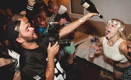 Người ta đã thuê hẳn một nhiếp ảnh gia chuyên rót rượu lên mặt các cô gái và chụp lại khoảnh khắc này.