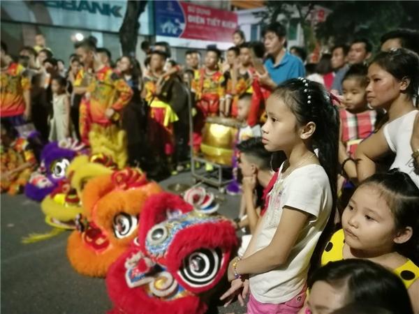 Ở một góc có múa lân, khán giả nhí bị lôi cuốn bởi đường quyền của các chú sư tử cùng tiếng trống chiêng rộn rã.