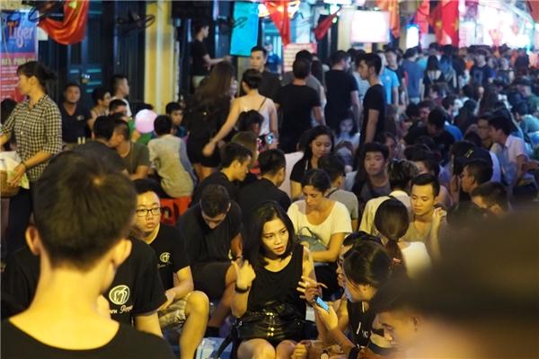Khai trươngtrùng dịp nghỉ lễ Quốc Khánh, tuyến phố đi bộ thu hút đông đảo người dân và du khách. Lượng người chỉ vắng dần khi đồng hồ trung tâmbắt đầu điểm tiếng chuông thứ 11.