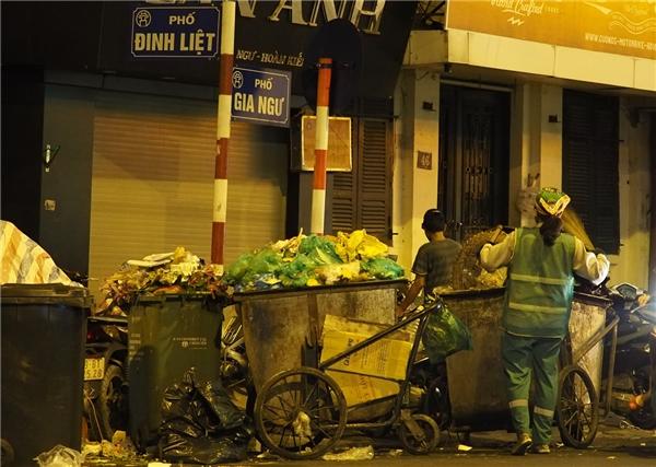 Hàng trămdịch vụ kéo theo phố đi bộ khiếnlượng lớn rác thải mỗi ngày thêm dày đặc. Rác thảitập trung ở mộtsố góc phố vắng hàng quán và ít người qua lại, sau khi dịch vụ đóng cửa, rác mới được chuyển đi.