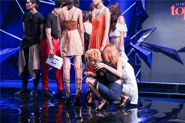 Kim Nhã khóc nấc khi phải chia tay 2 thí sinh mà cô thân thiết nhất trong ngôi nhà chung.