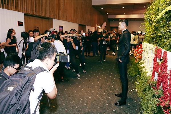 Vĩnh Thụy thu hút mọi ống kính trong đêm chung kết The Face Vietnam 2016.