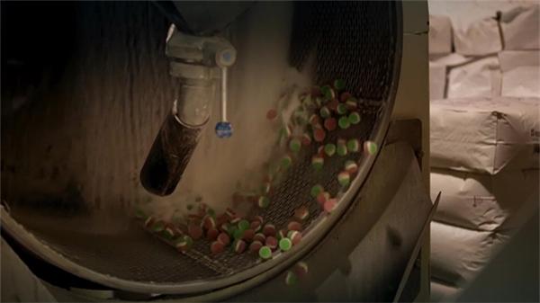 Cuối cùng gelatin màu sẽ được đổ vào khuôn và tạo thành những viên kẹo dẻo hấp dẫn khó chối từ.