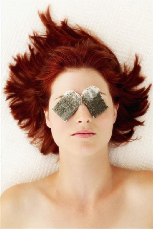 Đắp túi trà ướp lạnh cũng có thể giảm bọng mắt.