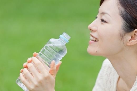 Uống đủ nước không chỉ tốt cho sức khỏe mà còn giúp cho hạn tránh khỏi bị bọng mắt.