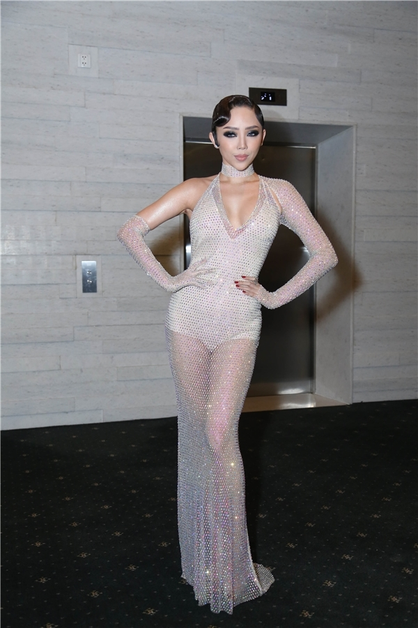 """Bộ váy xuyên thấu táo bạo của Tóc Tiên cũng gây tranh cãi khi bị cho rằng """"hao hao giống"""" thiết kế từng được Rihanna diện. Tuy nhiên, điểm đáng chú ý chính là cách áp dụng màu mắt khói, tóc xoăn cổ điển khiến nữ ca sĩ trông già dặn hẳn."""