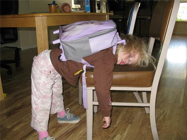 Chỉ đến lớp mẫu giáo thôi cũng khiến cô bé kiệt sức đến mức bạ đâu ngủ đấy như thế này. Ai bảo đi nhà trẻ là vui chứ?