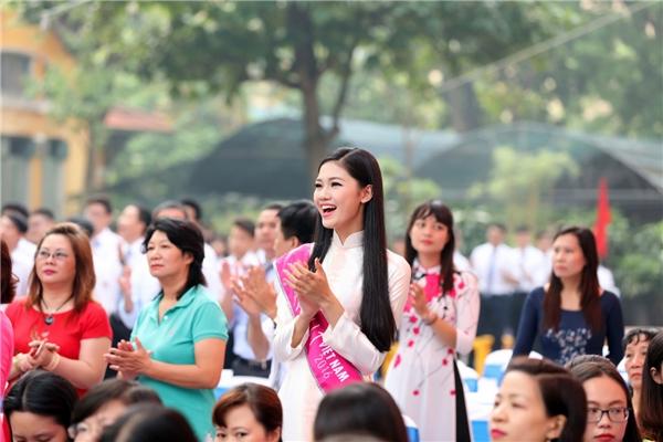 Á hậu 1 Hoa hậu Việt Nam 2016 tham gia dâng hoa lên tượng đài, dự lễ chào cờ cùng với các thầy cô cũ.