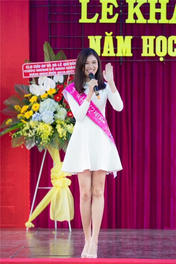 Thùy Dung về thăm lại trường THPT Lê Quý Đôn trong ngày khai giảng năm học mới. Á hậu 2 Hoa hậu Việt Nam 2016 diện váy trắng trẻ trung, điệu đà.